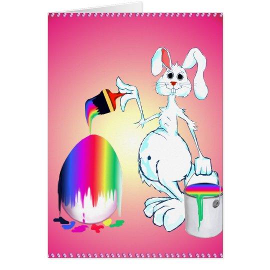 El conejito de pascua pinta la tarjeta