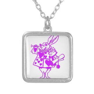 El conejo blanco en púrpura colgante cuadrado