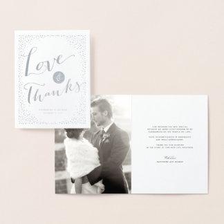 El confeti puntea amor y gracias modernos del boda tarjeta con relieve metalizado