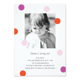 El confeti puntea la invitación del cumpleaños