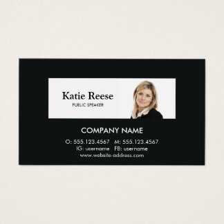 El consultor profesional añade la foto tarjeta de negocios