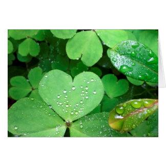 El corazón del día de St Patrick sale de la Tarjeta De Felicitación