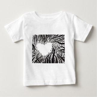El corazón en los tentáculos camiseta de bebé