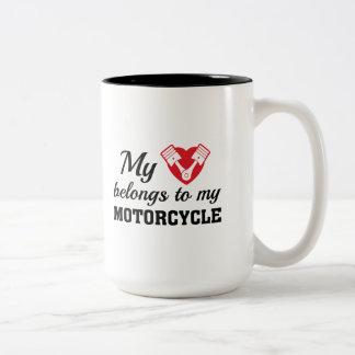 El corazón pertenece motocicleta taza bicolor