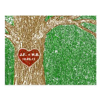 El corazón talló en árbol postal