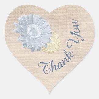 El corazón y las flores de papel en colores pastel pegatina en forma de corazón