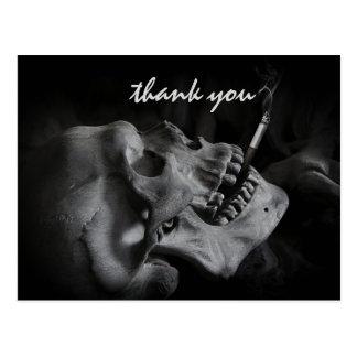 El cráneo que fuma un cigarrillo le agradece postal