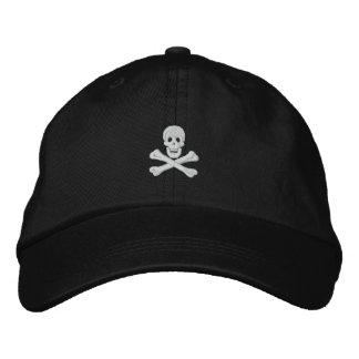 El cráneo y la bandera pirata bordaron el gorra gorra de beisbol