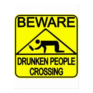 El cruzar borracho de la gente postal