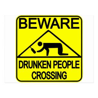 El cruzar borracho de la gente postales