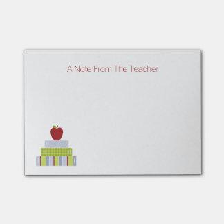 El cuaderno de notas del profesor de la pila de