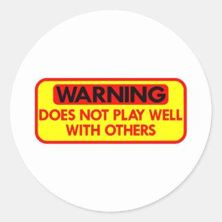 El cuidado no juega bien con otros pegatina redonda