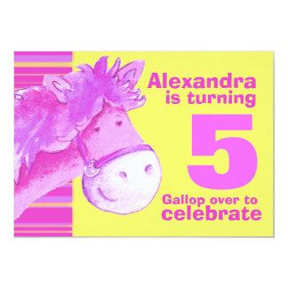 El cumpleaños amarillo rosado del 5to cumpleaños invitación 12,7 x 17,8 cm