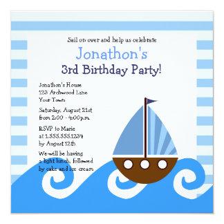 El cumpleaños azul del pequeño velero lindo invita invitación 13,3 cm x 13,3cm