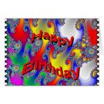 El cumpleaños mira al trasluz la tarjeta del fract
