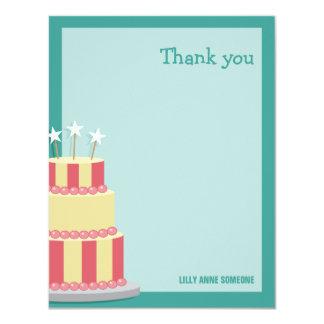 El cumpleaños rayado grande de la torta le invitación 10,8 x 13,9 cm