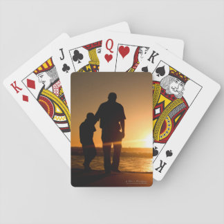 El dar un paseo del padre y del hijo la playa barajas de cartas