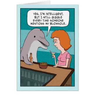 El delfín divertido ríe nerviosamente sobre tarjeta