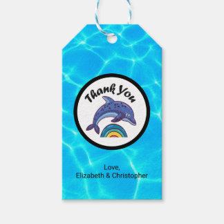 El delfín que salta sobre un arco iris le agradece etiquetas para regalos