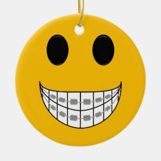 El dentista apoya el ornamento