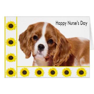 El día de la enfermera feliz con el perrito y los  tarjeta de felicitación