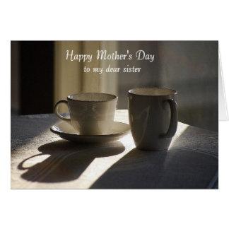 El día de madre feliz a las tazas de café de la he tarjeta