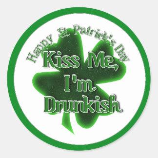 ¡El día de St Patrick - béseme, yo son Drunkish! Pegatina Redonda
