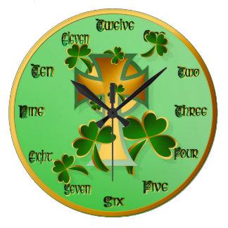 ¡El día de St Patrick feliz a usted! Relojes De Pared