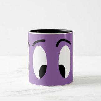 El dibujo animado divertido observa el carácter taza bicolor