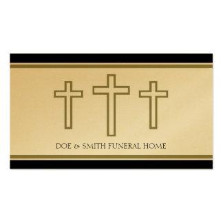 El director de funeraria cruza el papel del oro de tarjeta de visita