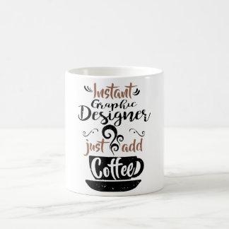 El diseñador gráfico inmediato apenas añade el taza de café