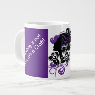 El diseñar púrpura del pelo no es una taza del