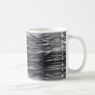 El diseño ondulado con meditate texto en la taza