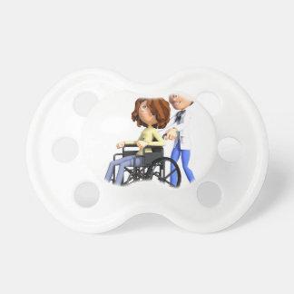 El doctor Wheeling Patient In Wheelchair del Chupete