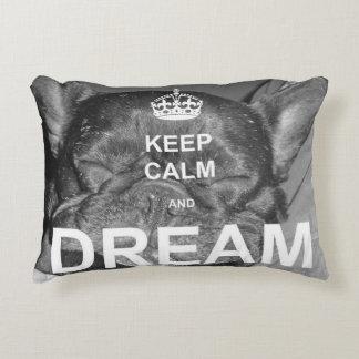 El dogo francés guarda la almohada ideal tranquila