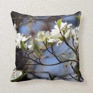 El Dogwood florece almohada de tiro