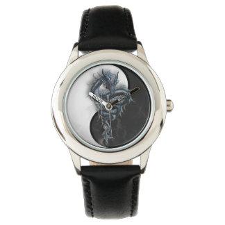 El dragón chino de Yin Yang embroma el reloj