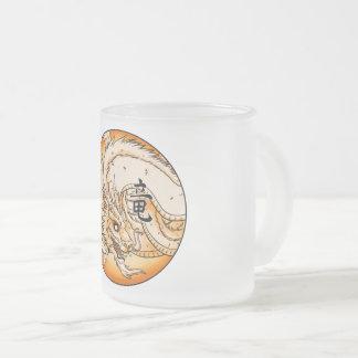 El dragón chino heló la taza del vidrio esmerilado