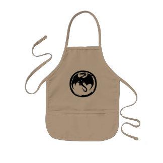 El dragón negro embroma el delantal del cocinero