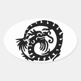 El dragón se encrespó en un círculo pegatina ovalada