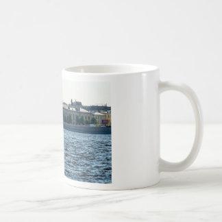 El edificio viejo de la fábrica taza de café