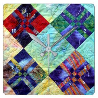 El edredón ajusta imagen en batiks reloj cuadrado