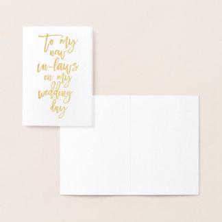 El efecto metalizado de oro nuevo en día de boda tarjeta con relieve metalizado