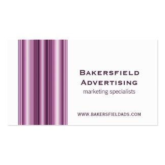El ejecutivo barra la tarjeta de visita, violeta
