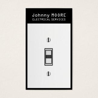 El electricista mantiene la cubierta de tarjeta de negocios