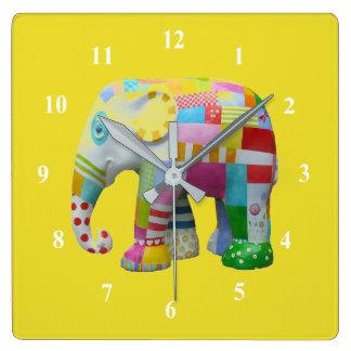 El elefante del juguete del remiendo embroma el reloj cuadrado