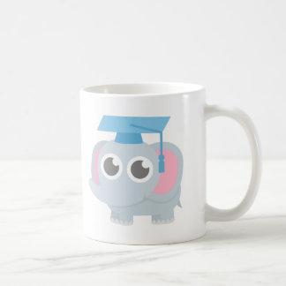 El elefante lindo embroma la graduación de la taza de café