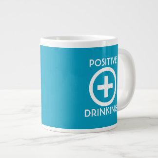 El elevar de consumición del positivo taza de café grande