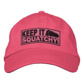 ¡El *EMBROIDERED* rosado lo guarda Squatchy! - Bob Gorras De Beisbol Bordadas