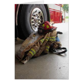 El engranaje y el camión del bombero tarjeta